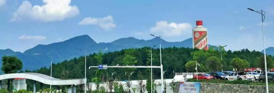 在贵州省仁怀市茅台机场,一下飞机就能看到一座巨大的茅台酒瓶造型建筑,这是仁怀市留给人们的第一印象。(本刊记者杨学义/ 摄)