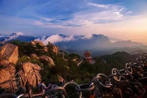 洛陽白云山旅游度假區五福天路玻璃棧道今天正式接待游客!