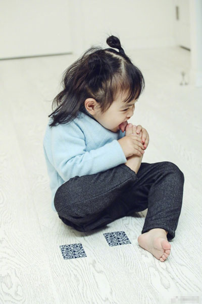 张歆艺晒包贝尔女儿啃脚丫照片 错将立冬说成冬至