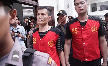 台湾走私犯被判死刑后离开法庭一幕