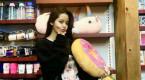 欧阳娜娜现身玩具店表情搞怪 cos衣服图案童趣满满