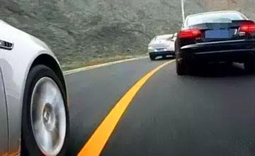 前车突然降速,很多人第一反应都错了,后果惨重