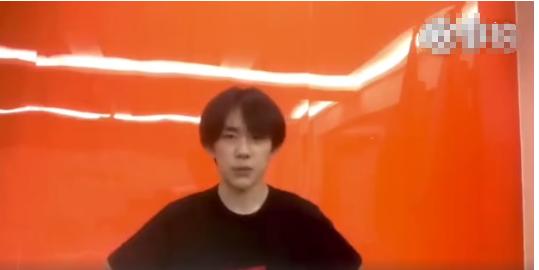 暖心隊長!易烊千璽備考間素顏錄視頻為韓宇慶生