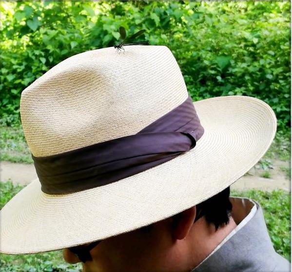 潘粤明庆新戏杀青晒照 帽上蜻蜓尽显夏日气息