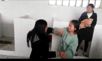 初中女厕所被拍_新宁多名女生厕所内殴打一女同学?校长这样说_湖南频道_凤凰网