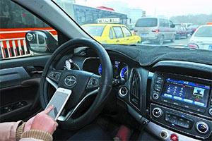 开车看导航、看视频、微信聊天算不算违法?