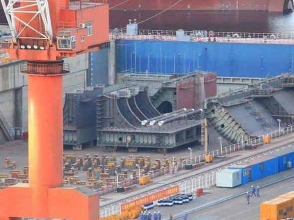 或为第四艘航母 港媒:大连造船厂现疑似航母分段