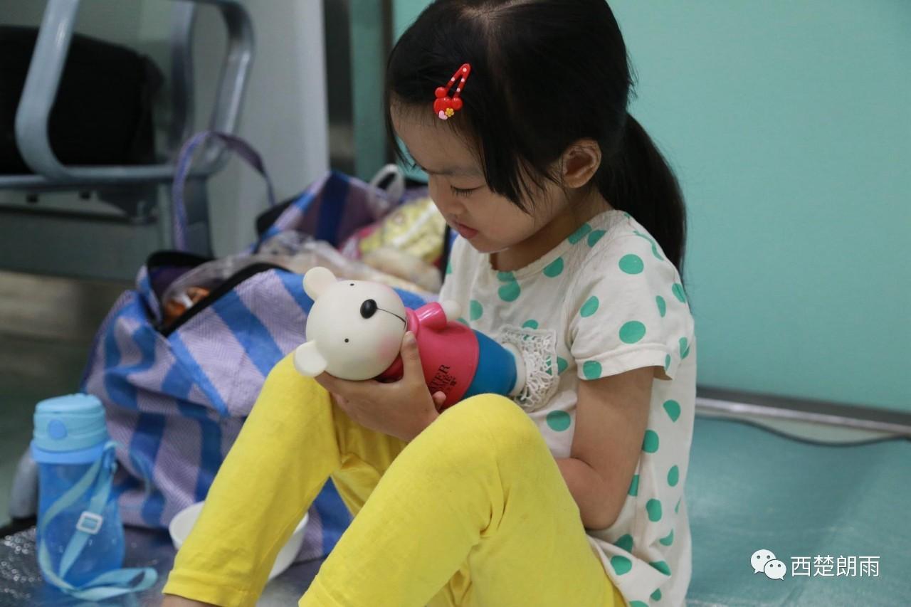 登封7岁重疾姐姐流泪拿出存钱罐:我不治了,有钱救妹妹吧!