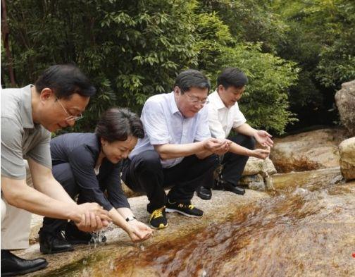 野外,湖南省委書記連喝三口山水