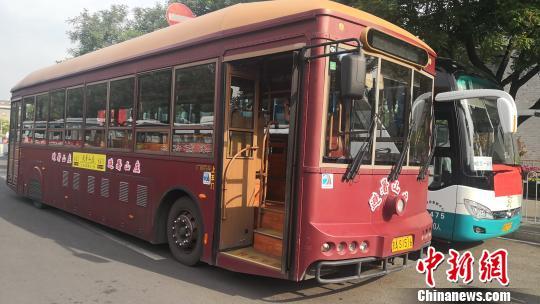 """以""""避暑山庄""""号冠名的北京旅游观光车张桂芹摄"""